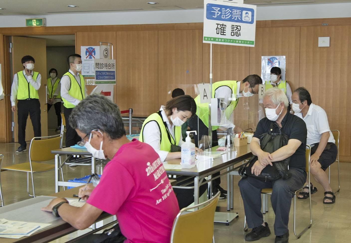 Tại một trung tâm tiêm phòng vắc xin Covid-19 ở Nhật Bản. Ảnh: Kyodo