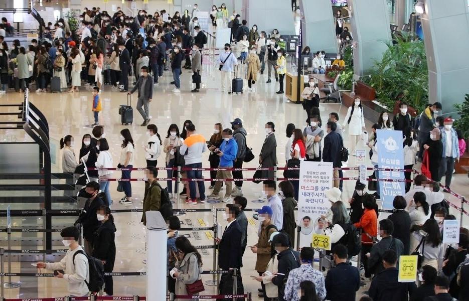 Sân bay tại Hàn Quốc đông hành khách hơn khi nước này đẩy nhanh chiến dịch tiêm phòng vắc xin Covid-19. Ảnh: Yonghap