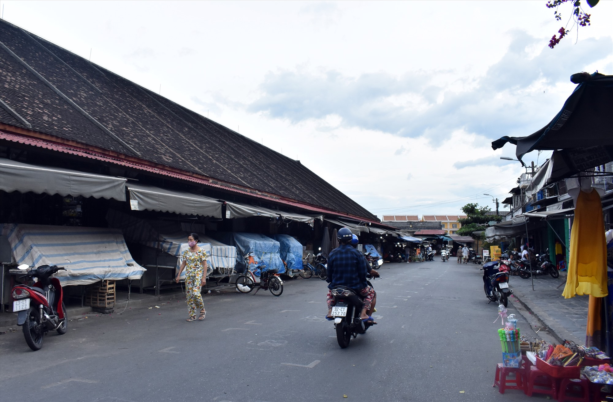 Nhiều gian hàng chợ Hội An ngừng hoạt động khiến nguồn thu của BQL chợ sụt giảm