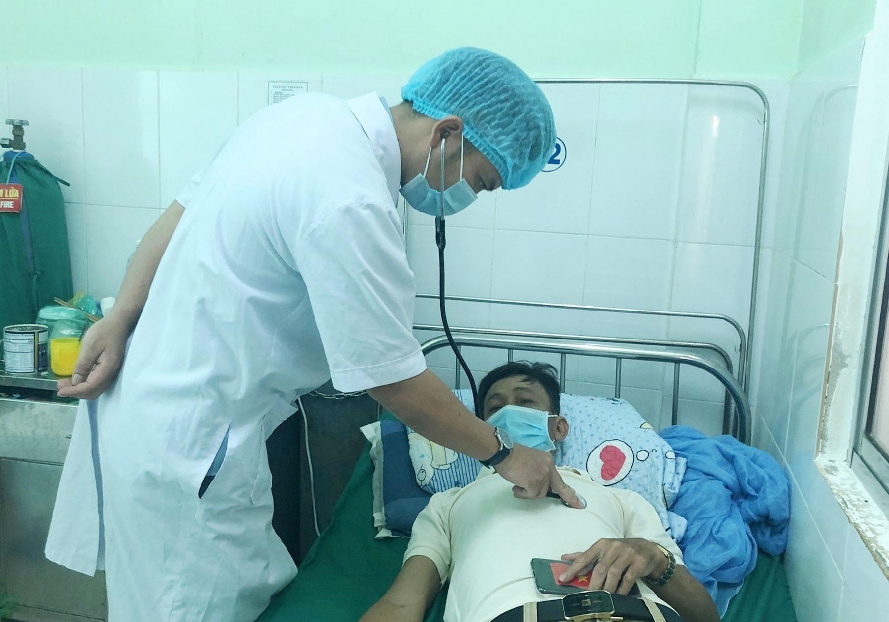 Bác sĩ BV Phạm Ngọc Thạch khám và điều trị cho bệnh nhân mắc bệnh phổi tắc nghẽn mạn tính. Ảnh: T.A
