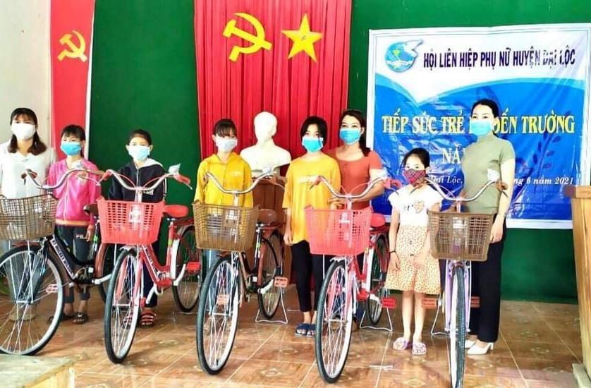 Hội LHPN huyện Đại Lộc vận động trao tặng xe đạp cho học sinh khó khăn. Ảnh: T.N