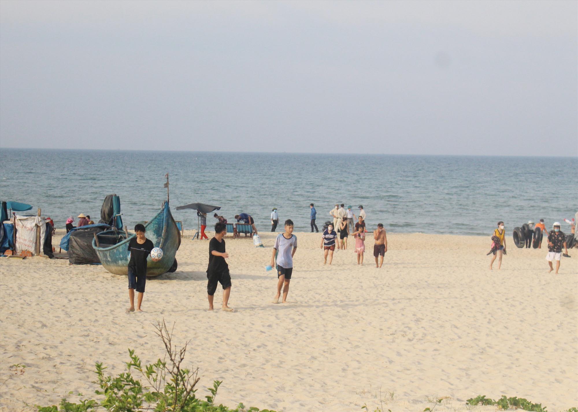 Yêu cầu quản lý nghiêm các bãi tắm biển công cộng được đặt ra nhằm phòng chống dịch Covid-19. Ảnh: X.H