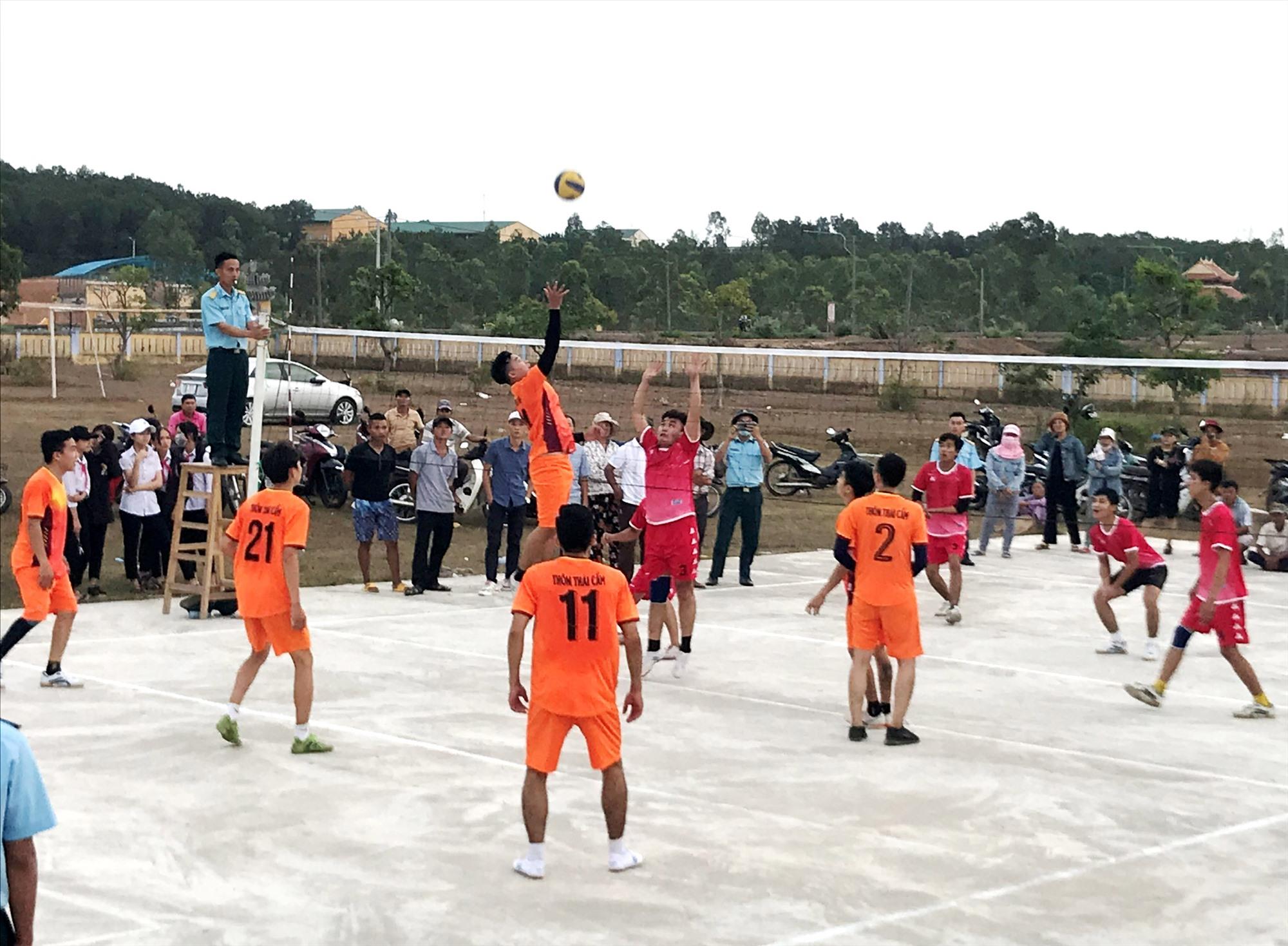 Một trận thi đấu bóng chuyền nam tại Đại hội TDTT xã Điện Tiến lần thứ IX năm 2021. Ảnh: T.C.T