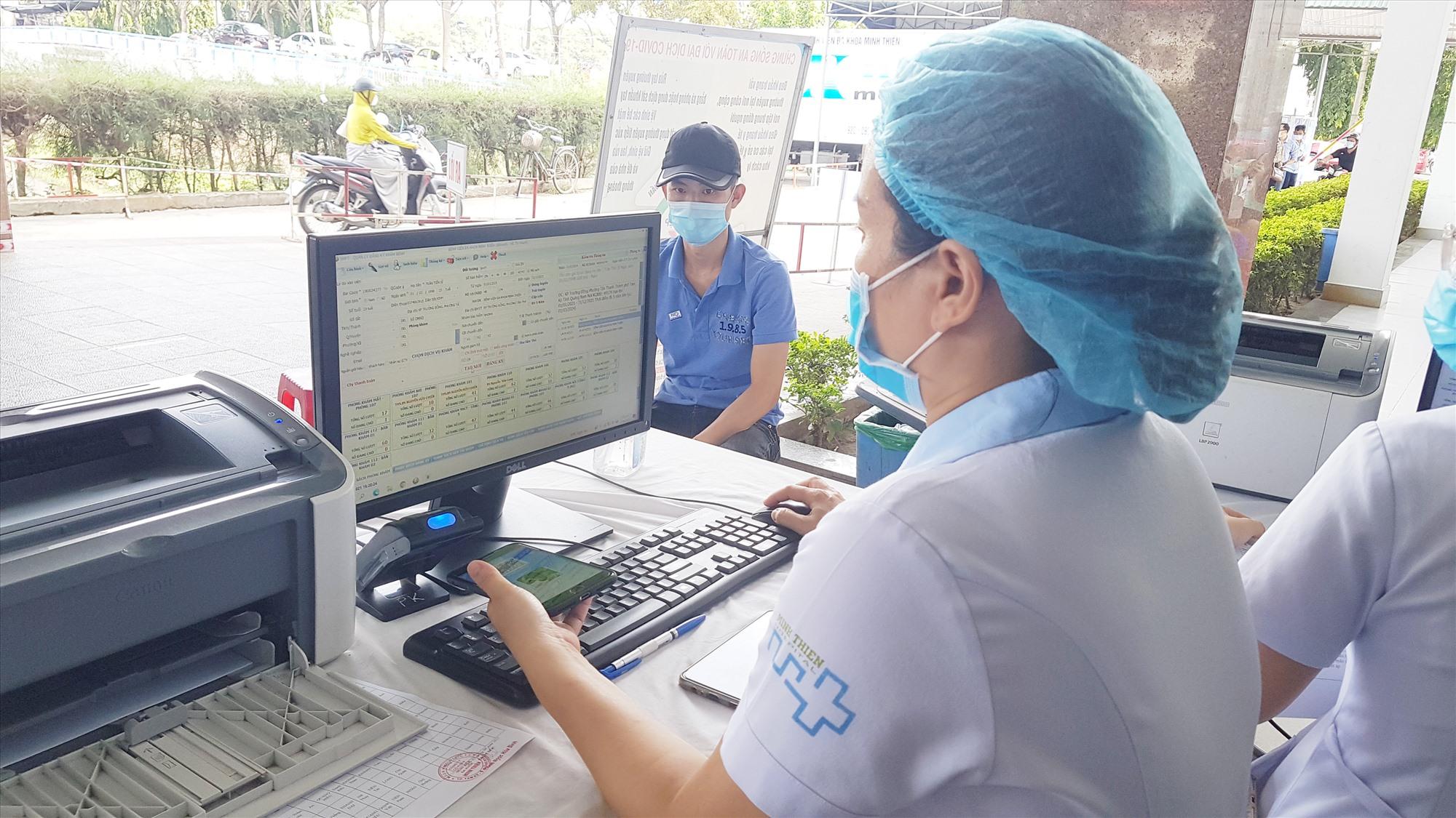 Khám chữa bệnh không cần dùng thẻ BHYT giấy được thực hiện nhanh chóng, thuận lợi. Ảnh: D.L