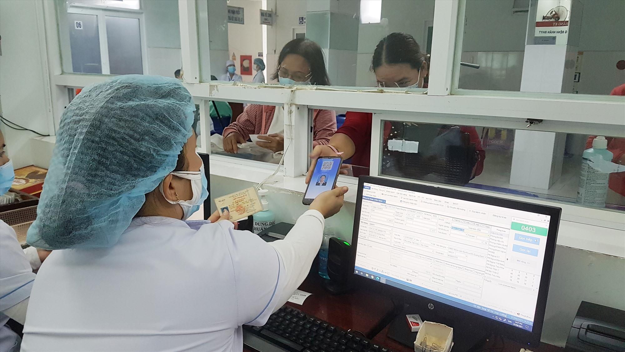 Người dân sử dụng điện thoại có cài đặt phần mềm VssID đi khám chữa bệnh tại Bệnh viện Đa khoa Quảng Nam. Ảnh: D.L
