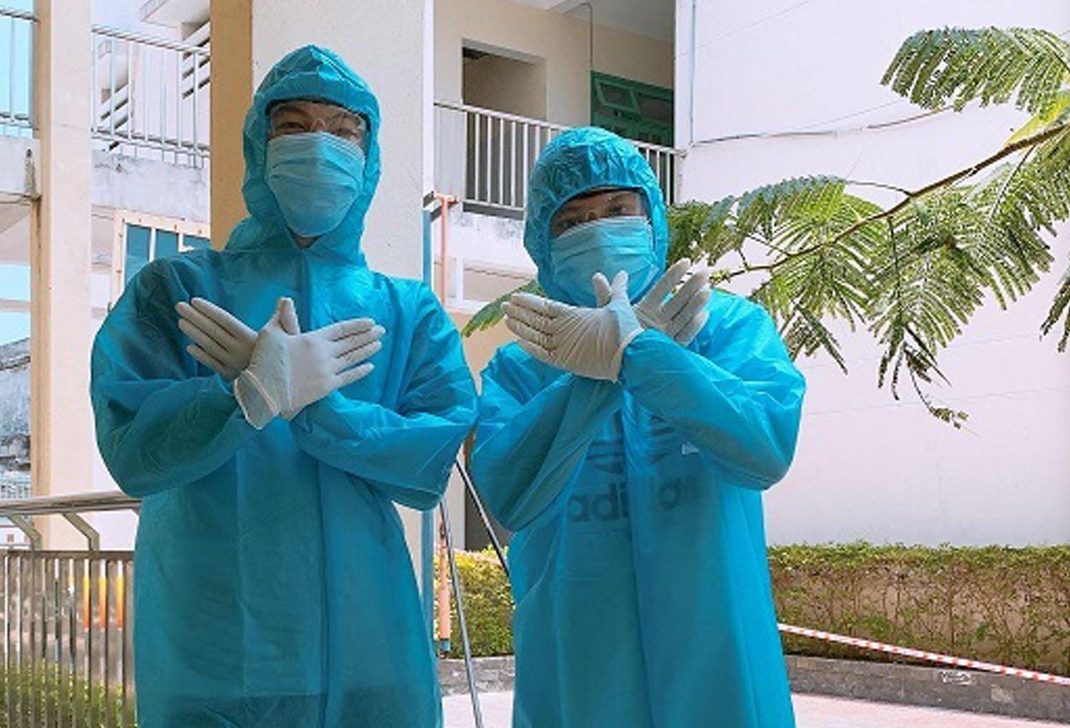 Sinh viên Nguyễn Văn Thành Khoa (bên trái) 2 lần tình nguyện tham gia phòng chống dịch Covid-19. Ảnh: V.S
