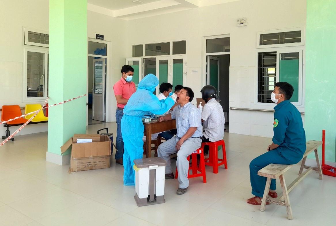 Đội ngũ y bác sĩ Phòng khám đa khoa quân - dân y A Xan tham gia xét nghiệm Covid-19 cho người dân biên giới. Ảnh: ĐĂNG NGUYÊN