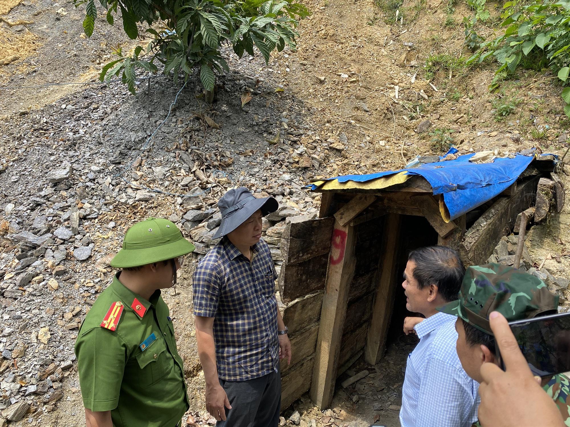 Các hầm vàng như thế này tại Vườn quốc gia Sông Thanh sẽ bị đánh sập bằng thuốc nổ. Ảnh: H.P