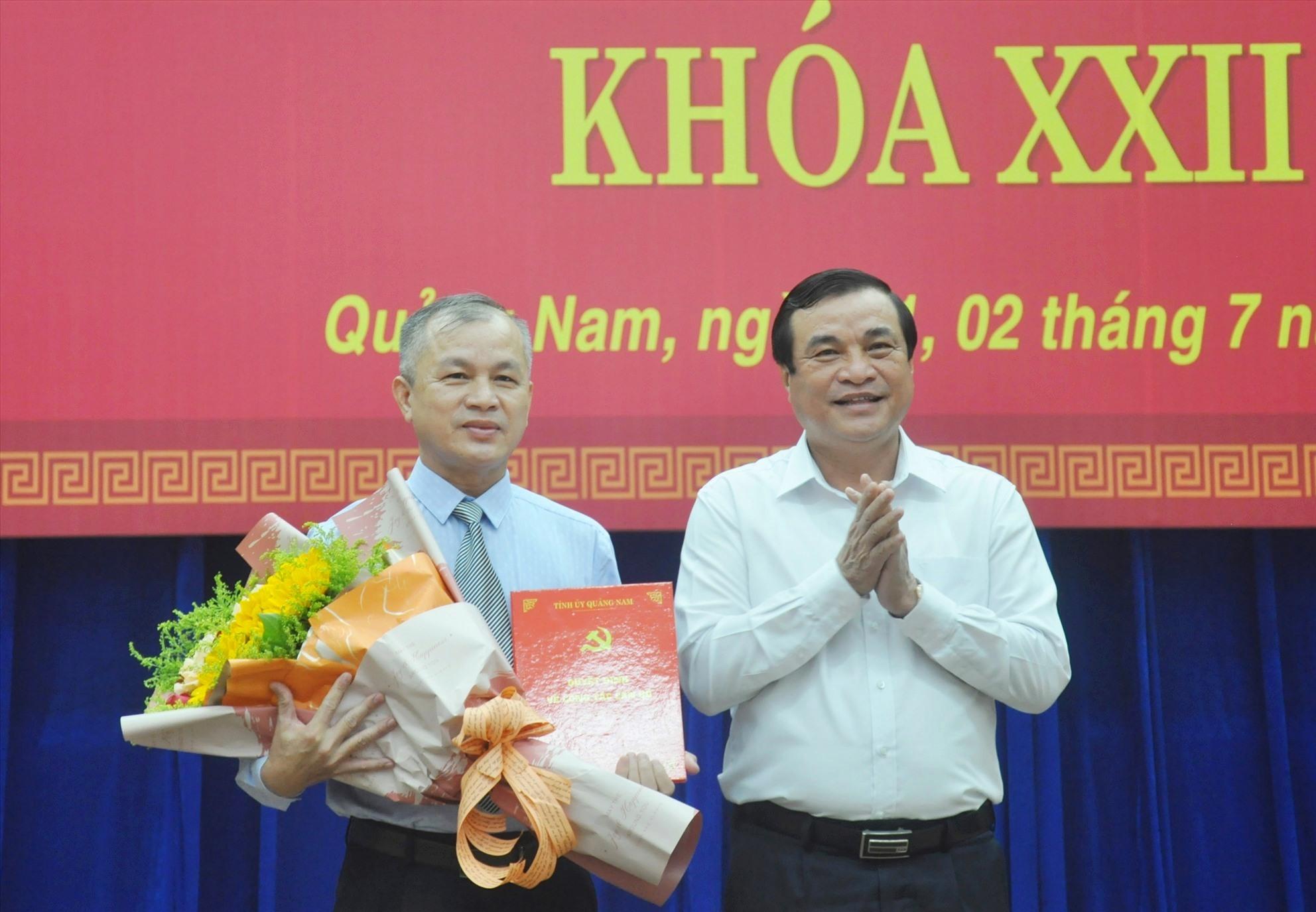 Bí thư Tỉnh ủy Phan Việt Cường trao quyết định chuẩn y và tặng hoa chúc mừng đồng chí Nguyễn Đức Tiến. Ảnh: N.Đ