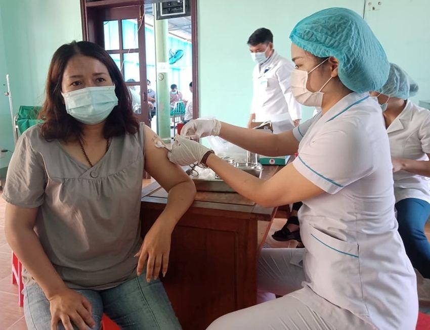 Trung tâm y tế huyện Tây Giang triển khai tiêm vắcxin phòng Covid-19 đợt 2. Ảnh H.Thúy