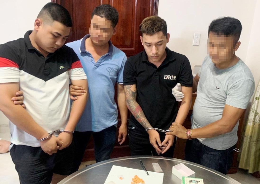 Đội CSMT Công an TP.Tam Kỳ khám xét, bắt giữ đối tượng có hành vi bán trái phép chất ma túy. Ảnh V.S