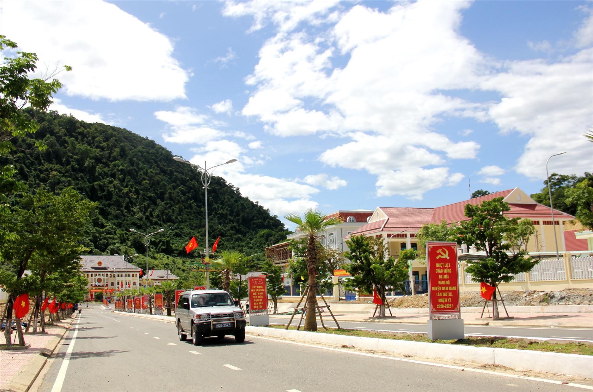 Diện mạo hạ tầng cơ sở của miền núi được đầu tư đồng bộ từ các chính sách lồng ghép của tỉnh thời gian qua. Ảnh: A.N