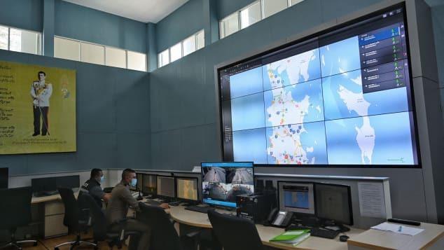 Phòng kiểm tra an ninh theo dõi chuyển động của khách du lịch tại Trung tâm kiểm soát Sandbox Phuket. Ảnh: Gettyimages