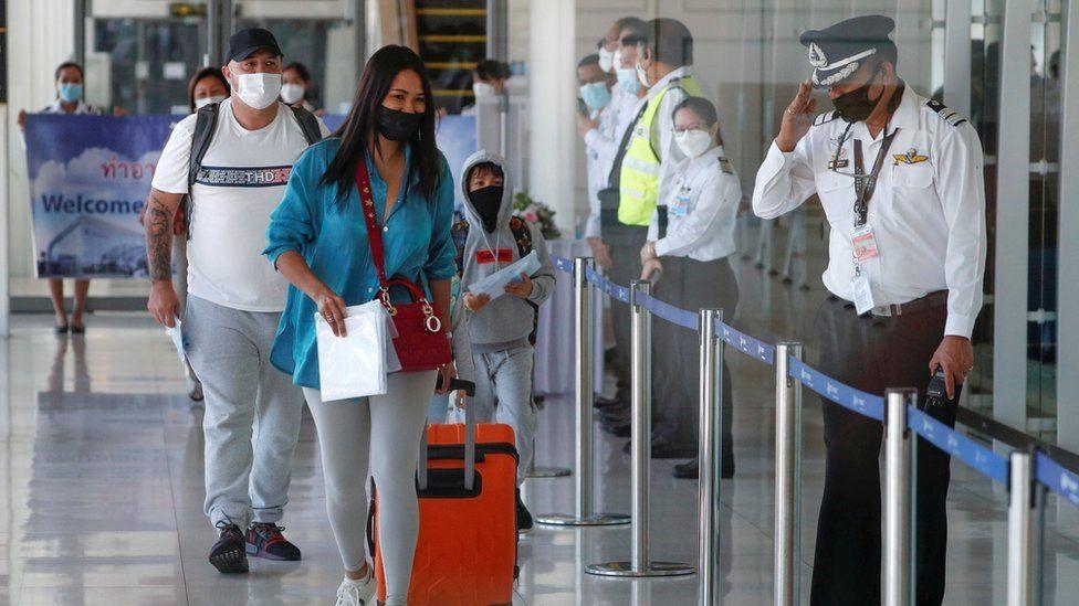 Những du khách quốc tế đầu tiên đến Phuket vào ngày 1.7. Ảnh: Reuters