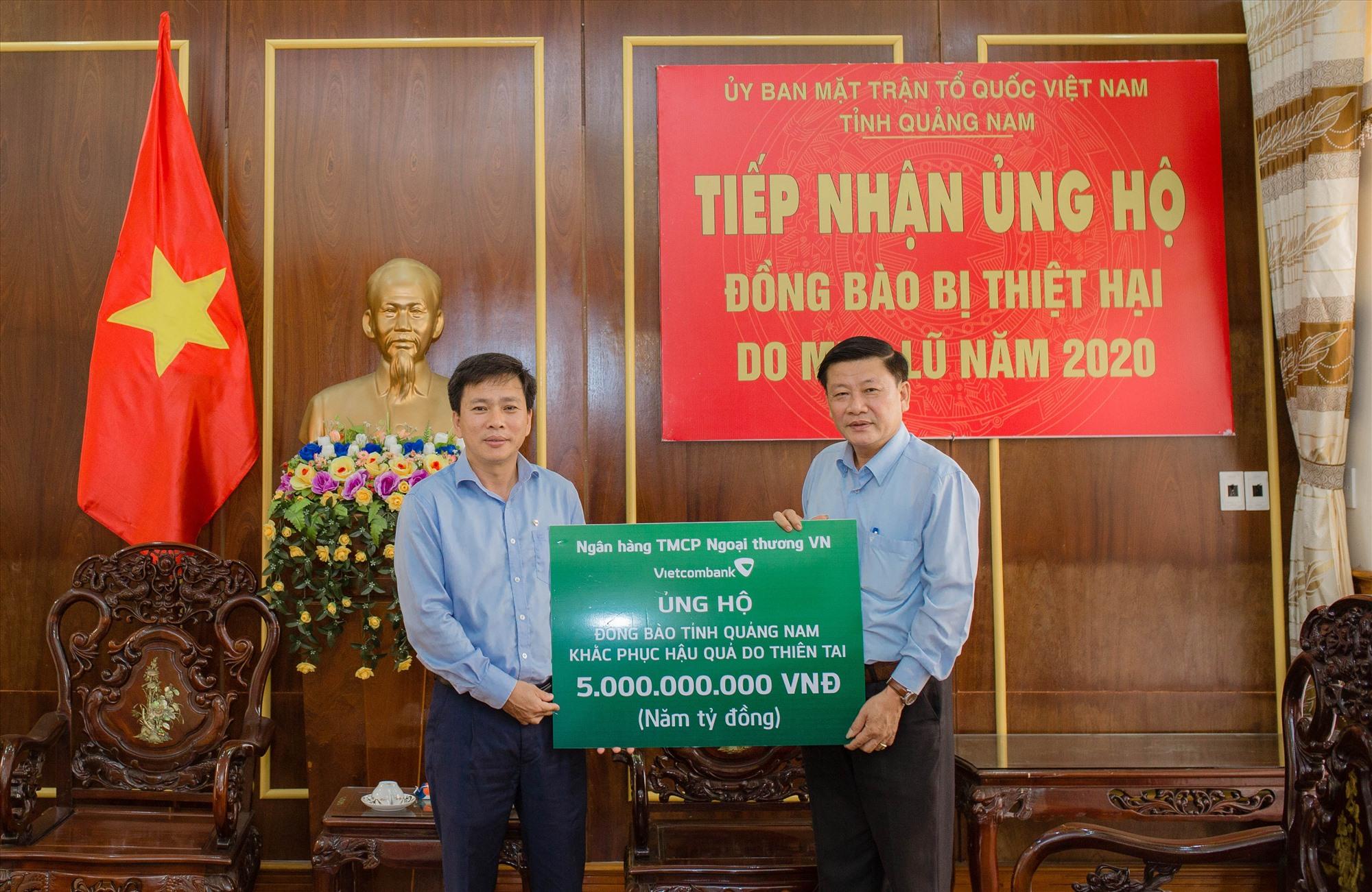 Vietcombank Quảng Nam ủng hộ 5 tỷ đồng để khắc phục hậu quả thiên tai.