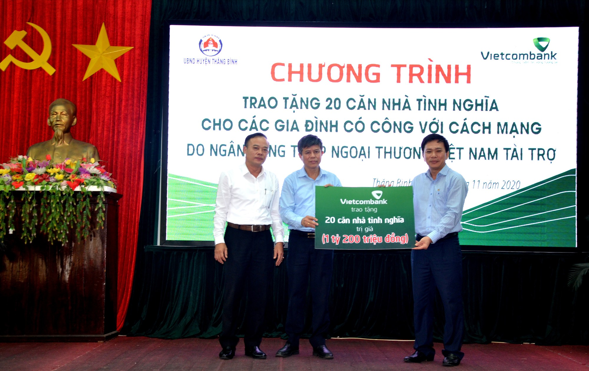 Vietcombank Quảng Nam trao 20 nhà tình nghĩa hỗ trợ gia đình người có công ở huyện Thăng Bình năm 2020. Ảnh: V.C