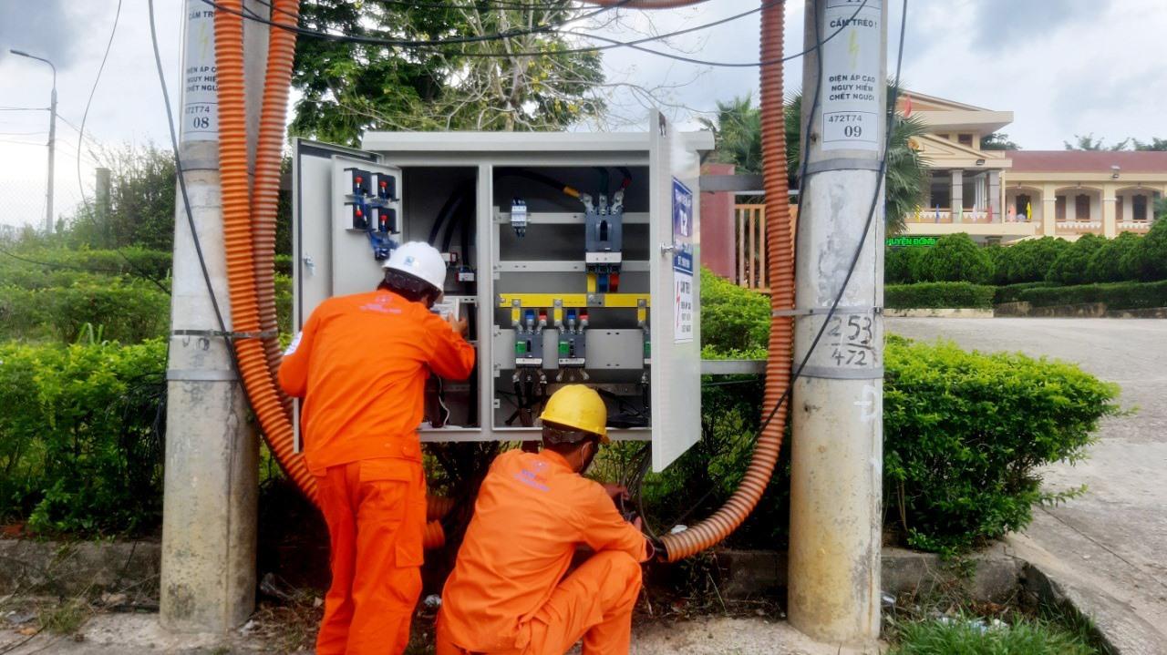 Các điện lực trực thuộc cử công nhân kiểm tra hệ thống điện tại các điểm thi. Ảnh: H.P