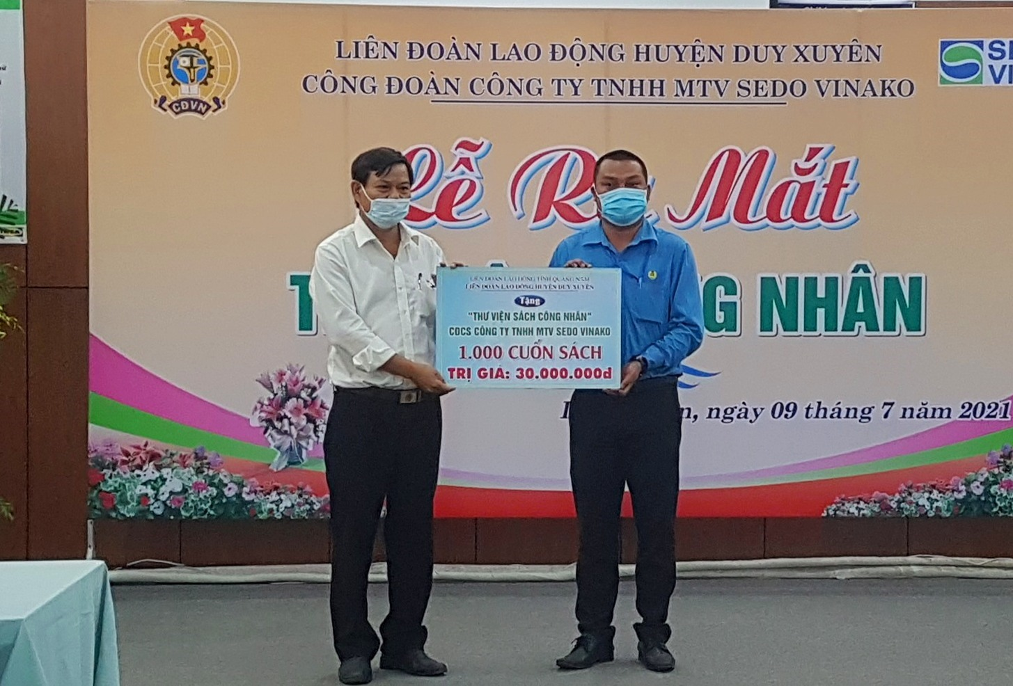 Liên đoàn Lao động huyện Duy Xuyên hỗ trợ thêm 1.000 đầu sách cho thư viện công nhân. Ảnh: D.L