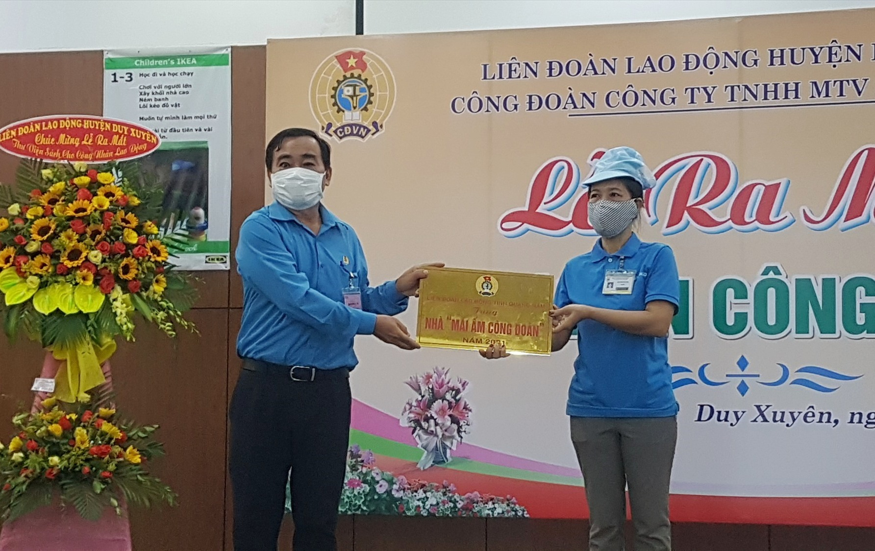 Ông Phan Xuân Quang - Chủ tịch Liên đoàn Lao động tỉnh tặng nhà tình nghĩa cho công nhân khó khăn. Ảnh: D.L