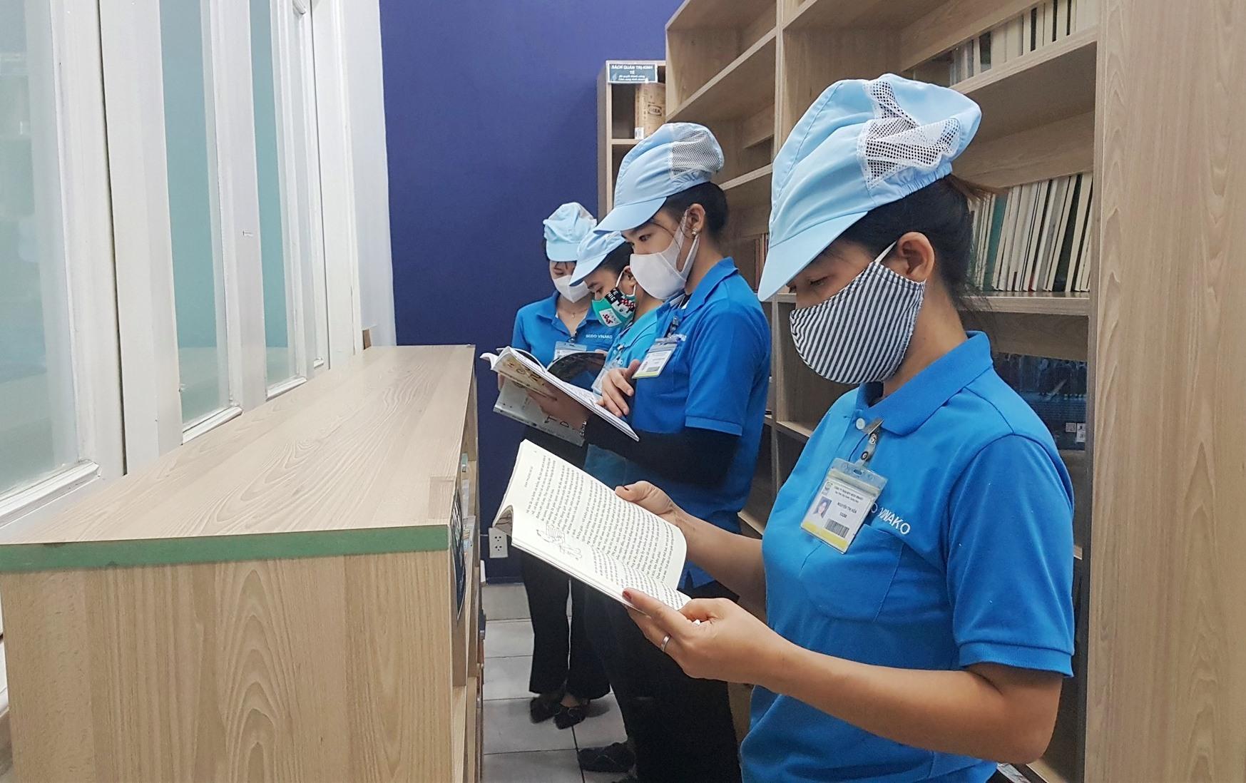 Công nhân lao động tìm hiểu về sách tại thư viện công nhân. Ảnh: D.L