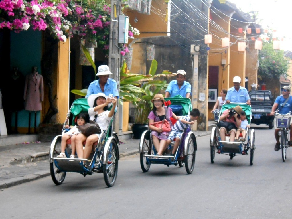 Foreign visitors on cylos to have unique and interesting experiences in Hoi An city