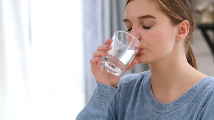 Thường xuyên uống không đủ nước có thể gây tổn thương thận.Ảnh: SHUTTERSTOCK