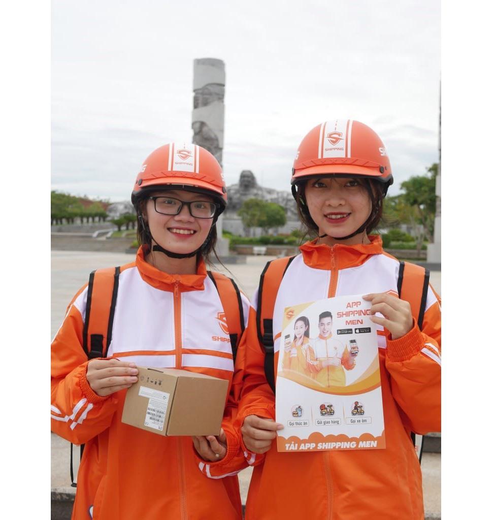 Các bạn trẻ giới thiệu app Shipping Men - ứng dụng đặt giao thức ăn đầu tiên tại Quảng Nam. Ảnh: H.N.ÁNH