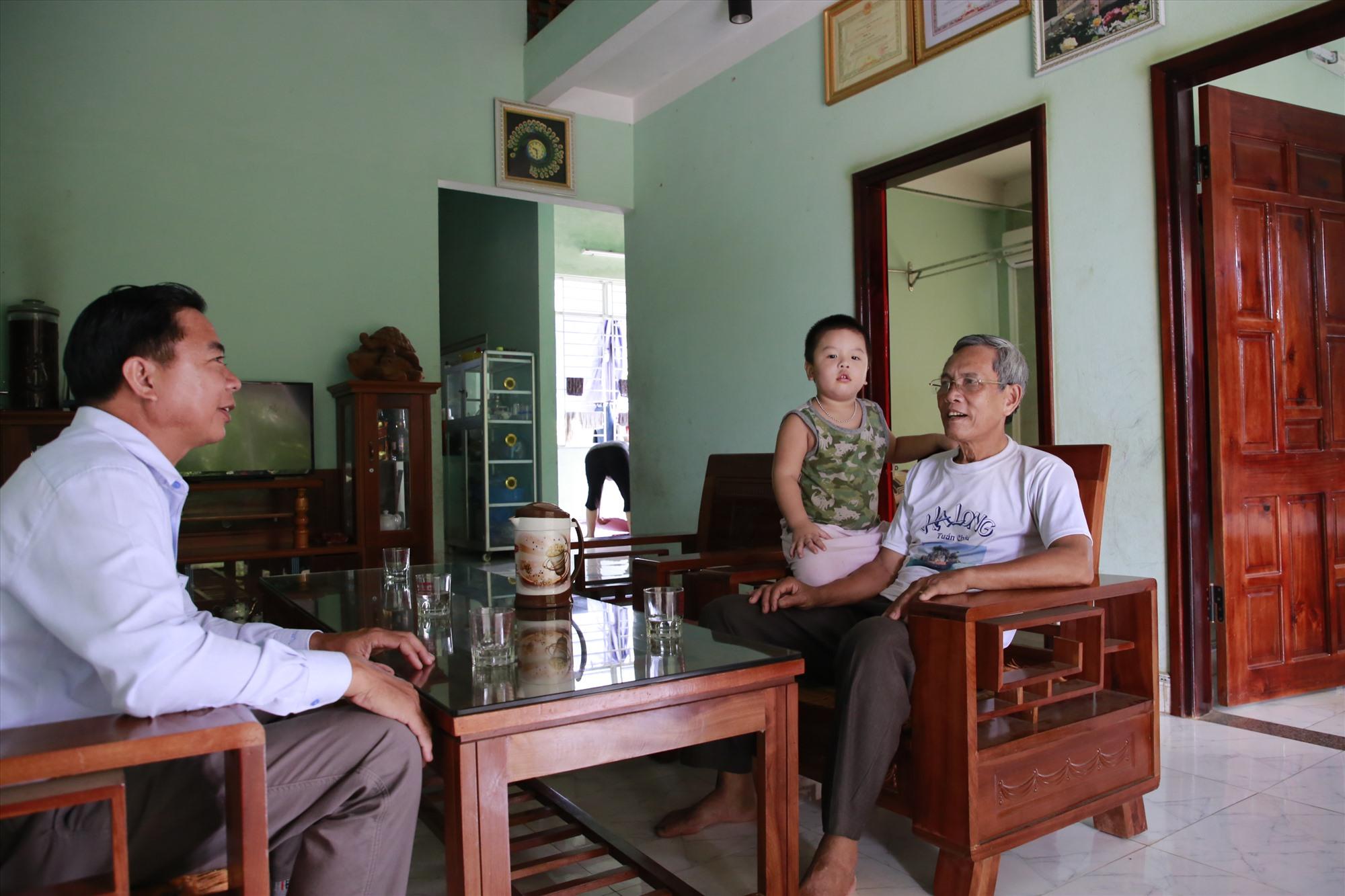 Ông Mai Trí đến thăm cựu binh Lương Thanh Nghị (phải). Ông Nghị vừa là thương binh, vừa là chiến sĩ cách mạng từng bị địch bắt tù đày. Ảnh: T.C