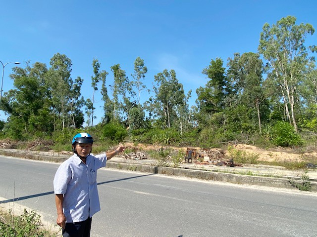 Ông Trần Xuân Hùng chỉ vào phần diện tích còn lại Tam Kỳ chuẩn bị thu hồi để triển khai công trình vệt công nghiệp dọc hai bên đường trục chính Khu công nghiệp Thuận Yên giai đoạn 2, đợt 2. Ảnh: H.P
