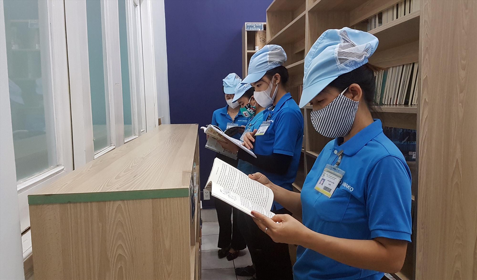 Thư viện mới mở cửa đã thu hút rất đông người lao động. Ảnh: D.L