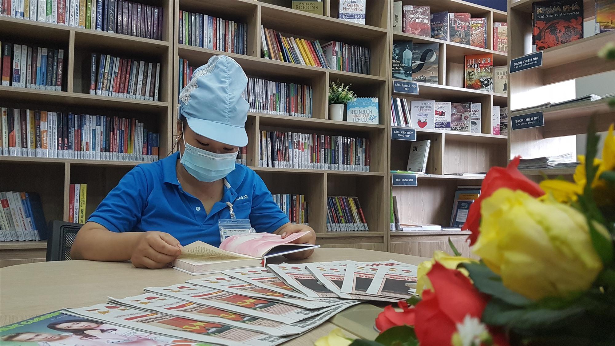 Công nhân đến thư viện để đọc sách. Ảnh: D.L