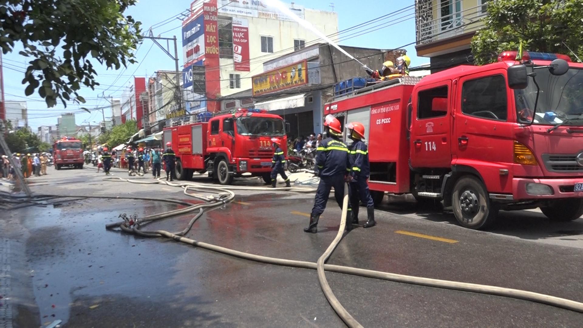 Phòng Cảnh sát phòng cháy chữa cháy và cứu nạn cứu hộ Công an tỉnh có mặt tại hiện trường dập lửa. Ảnh: B.T
