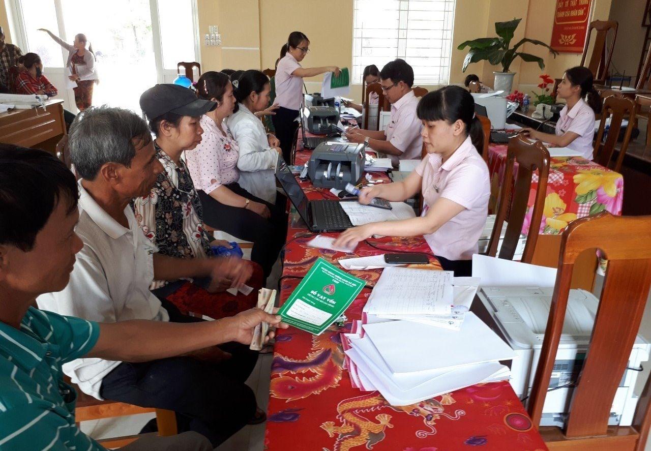 Ngân hàng CSXH chi nhánh Quảng Nam đưa tín dụng chính sách đến hộ nghèo, chính sách. Ảnh: Q.VIỆT