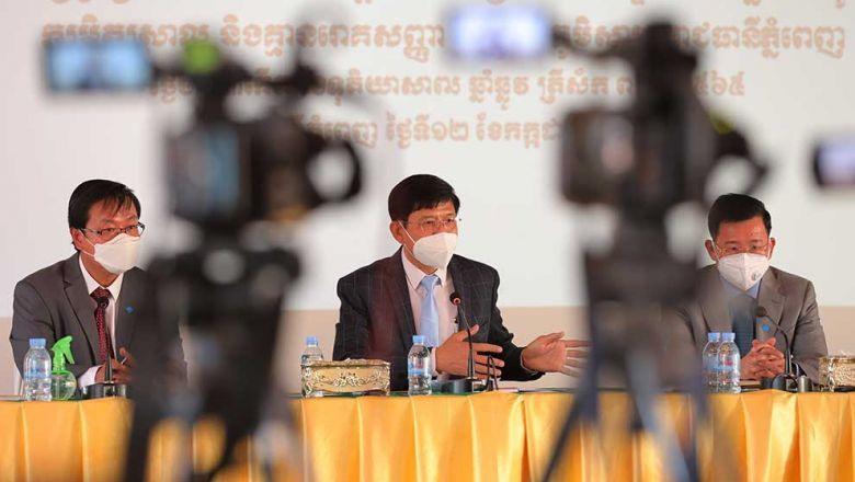 Các quan chức Campuchia tại buổi họp báo về cho phép bệnh nhân Covid-19 nhẹ được điều trị tại nhà. Ảnh: PhnomPenhpost
