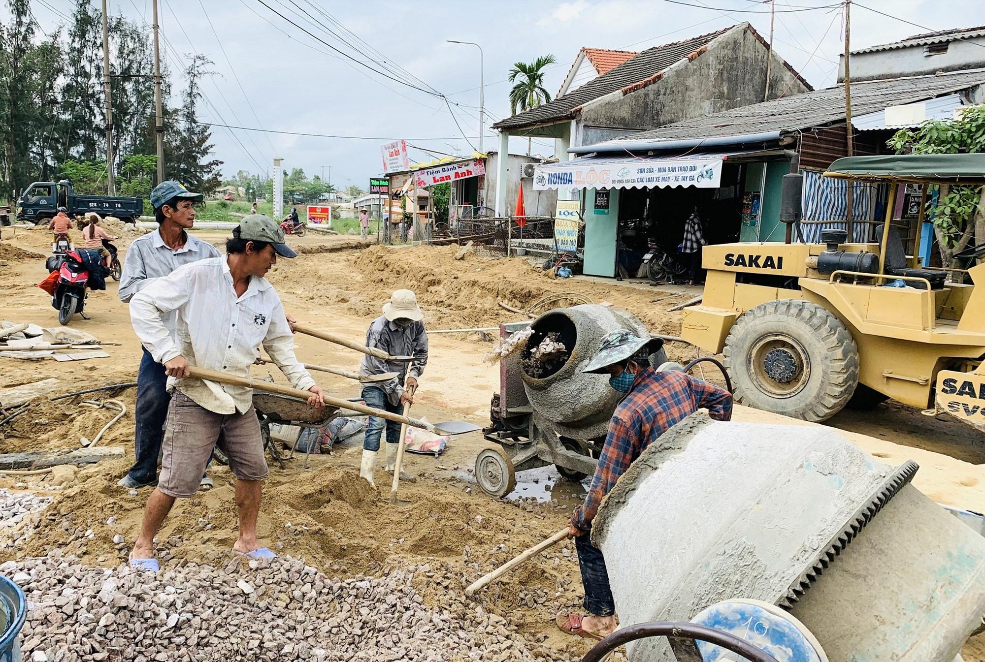 """Nhờ """"dân vận khéo"""", người dân Duy Xuyên tự nguyện hiến đất tạo điều kiện xây dựng hạ tầng nông thôn. Ảnh: T.P"""