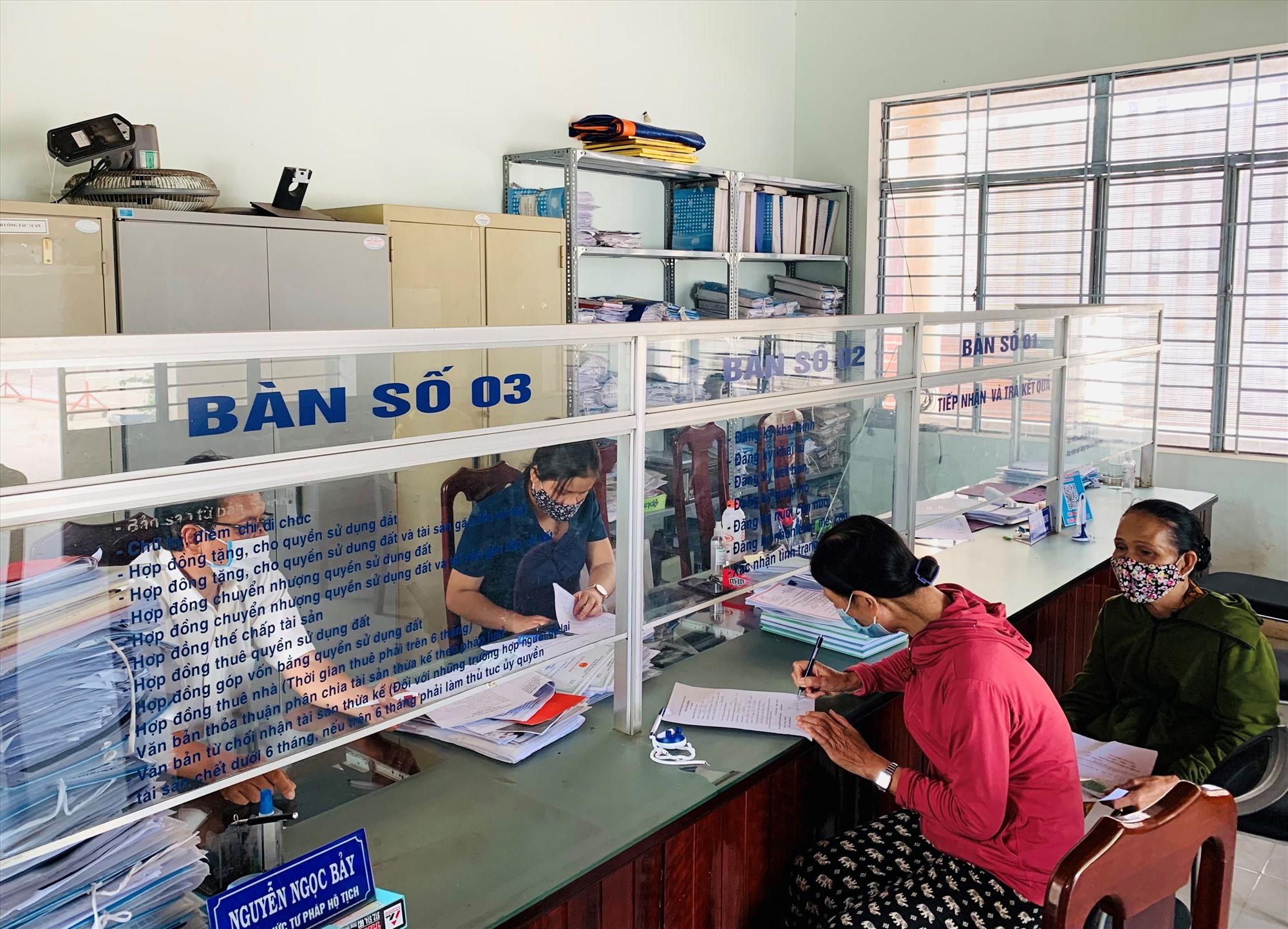 Thời gian qua, thị trấn Nam Phước (Duy Xuyên) đẩy mạnh công tác dân vận trong cải cách hành chính. Ảnh: T.P