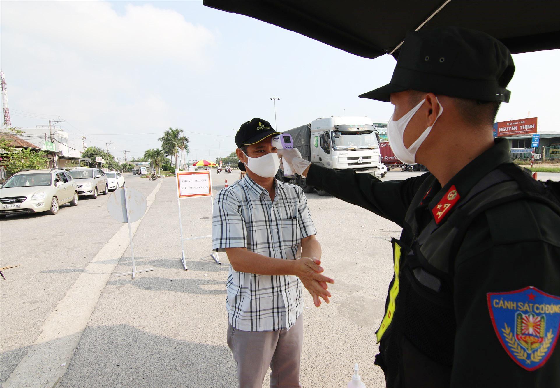 Lực lượng tại các chốt kiểm soát tại huyện Núi Thành làm việc ngày đêm để ngăn chặn tình trạng người ra vào các địa phương có dịch.