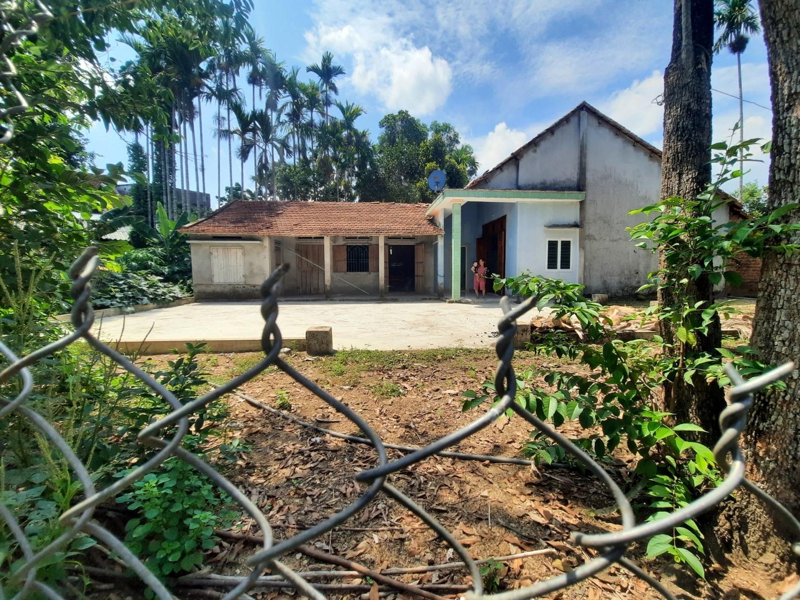 Hàng xóm làm hàng rào khiến căn nhà bà Nguyễn Thị Thới bị phong tỏa không còn đường đi lại. Ảnh: Đ.L