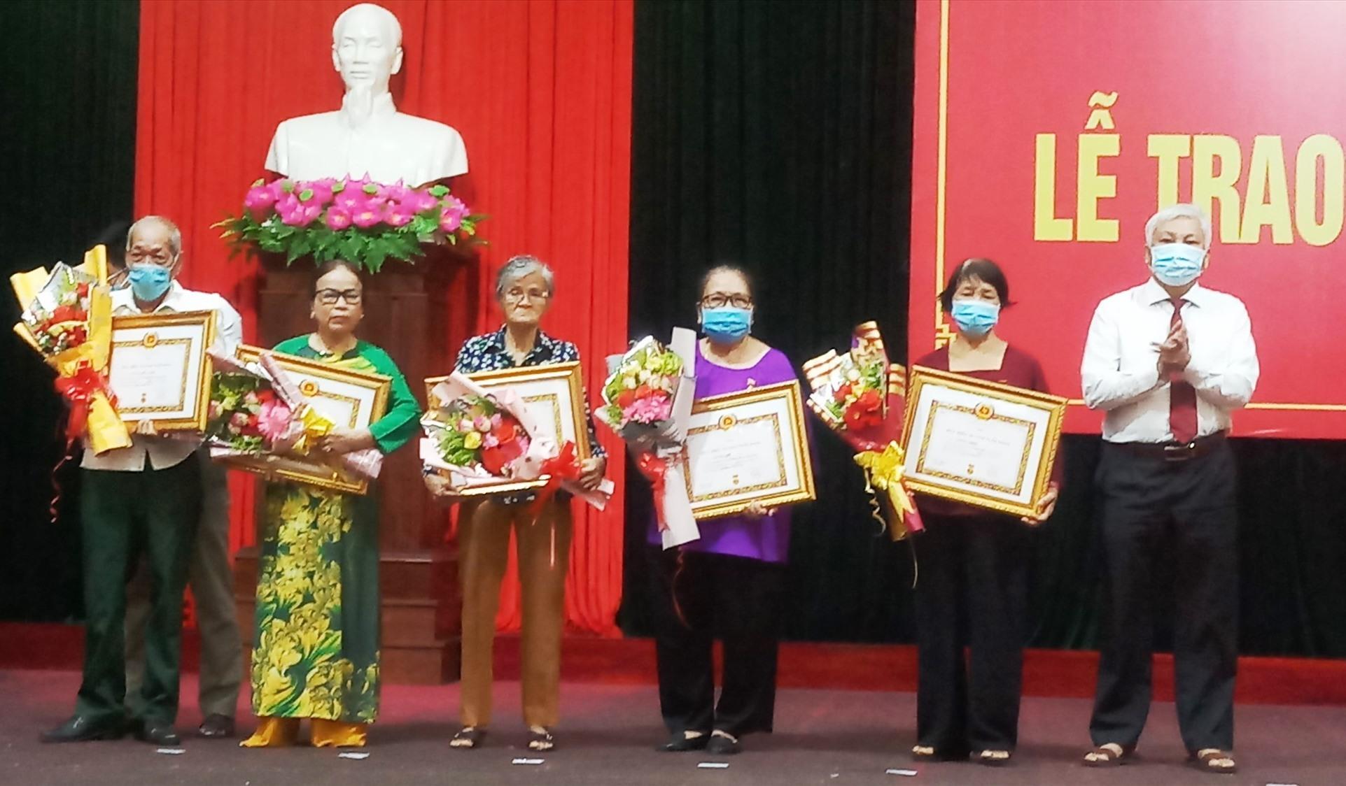 Lãnh đạo huyện Tiên Phước trao Huy hiệu Đảng cho các đảng viên