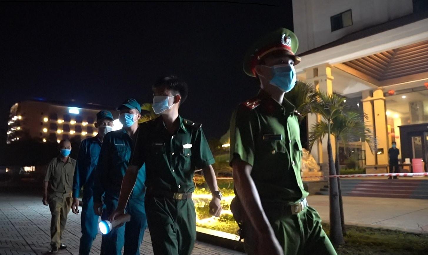 Công an thành phố phối hợp các lực lượng kiểm tra phòng dịch.
