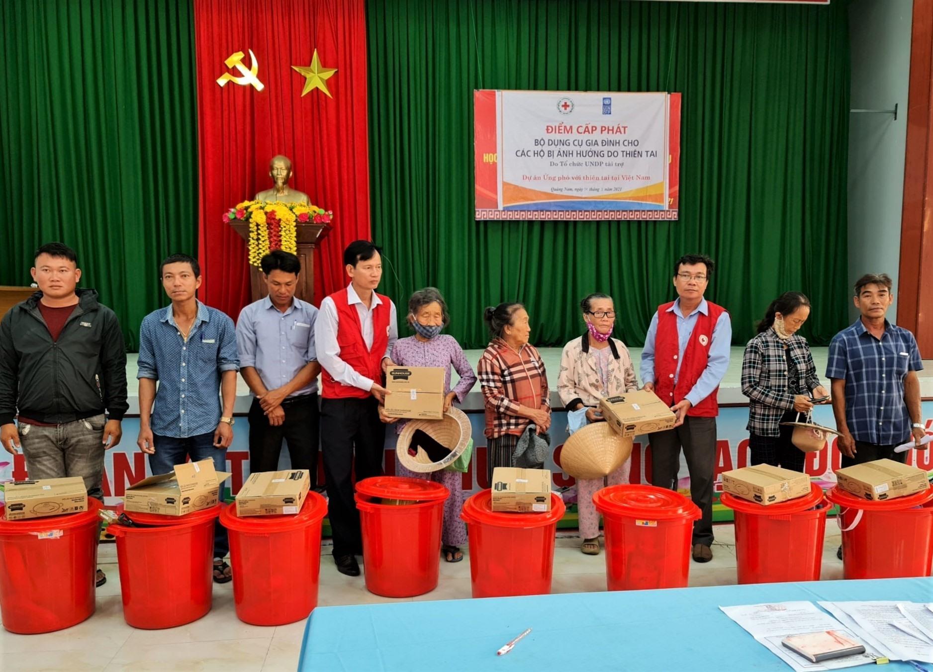 """Người dân vùng thiên tai Quảng Nam nhận các bộ dụng cụ hỗ trợ từ dự án """"Ứng phó với thiên tai tại Việt Nam"""". Ảnh: RY PHAN"""