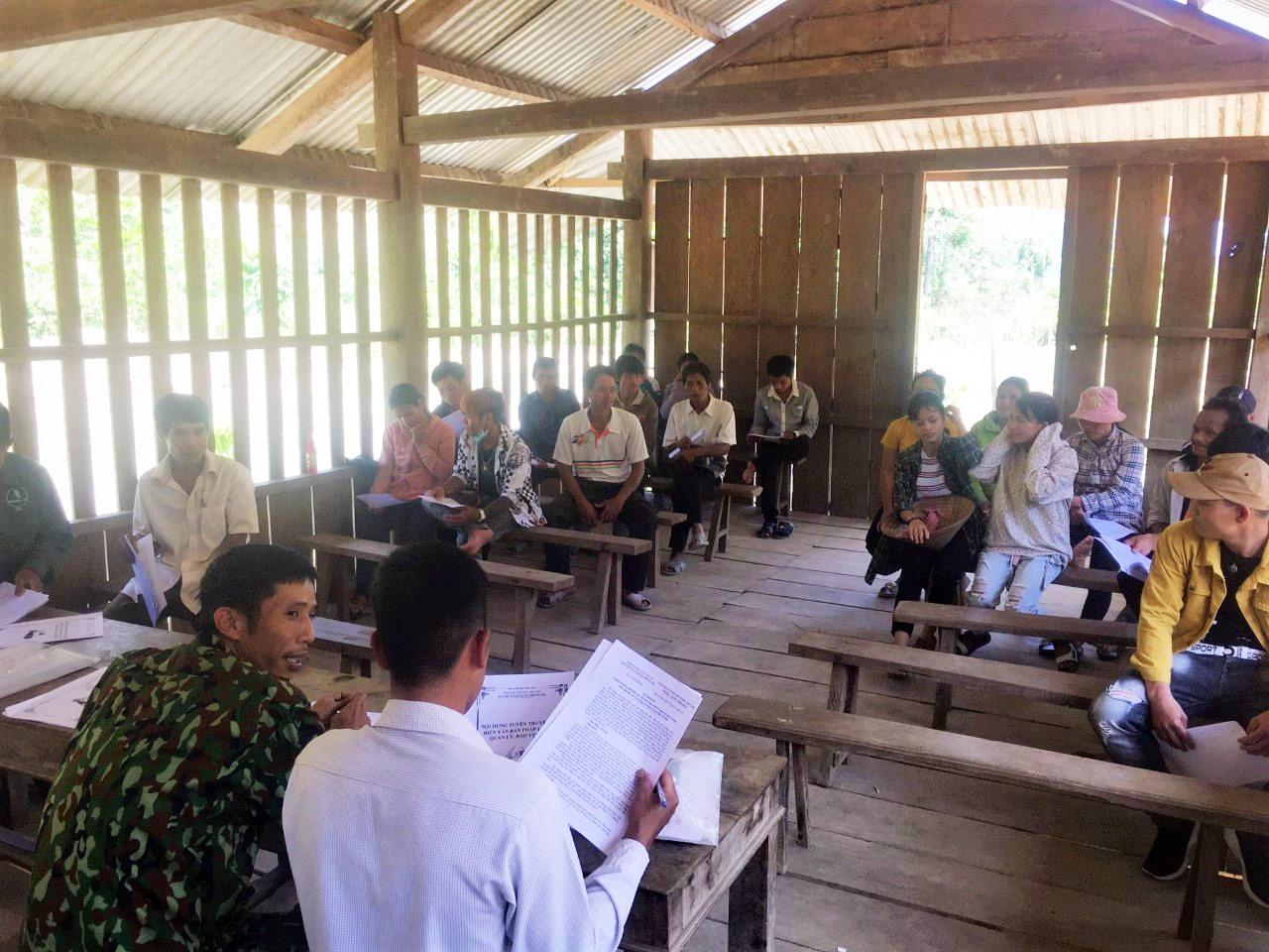 Họp dân tuyên truyền và ký cam kết bảo vệ rừng tại thôn 2, xã Trà Ka (Bắc Trà My). Ảnh: TRÀ MY
