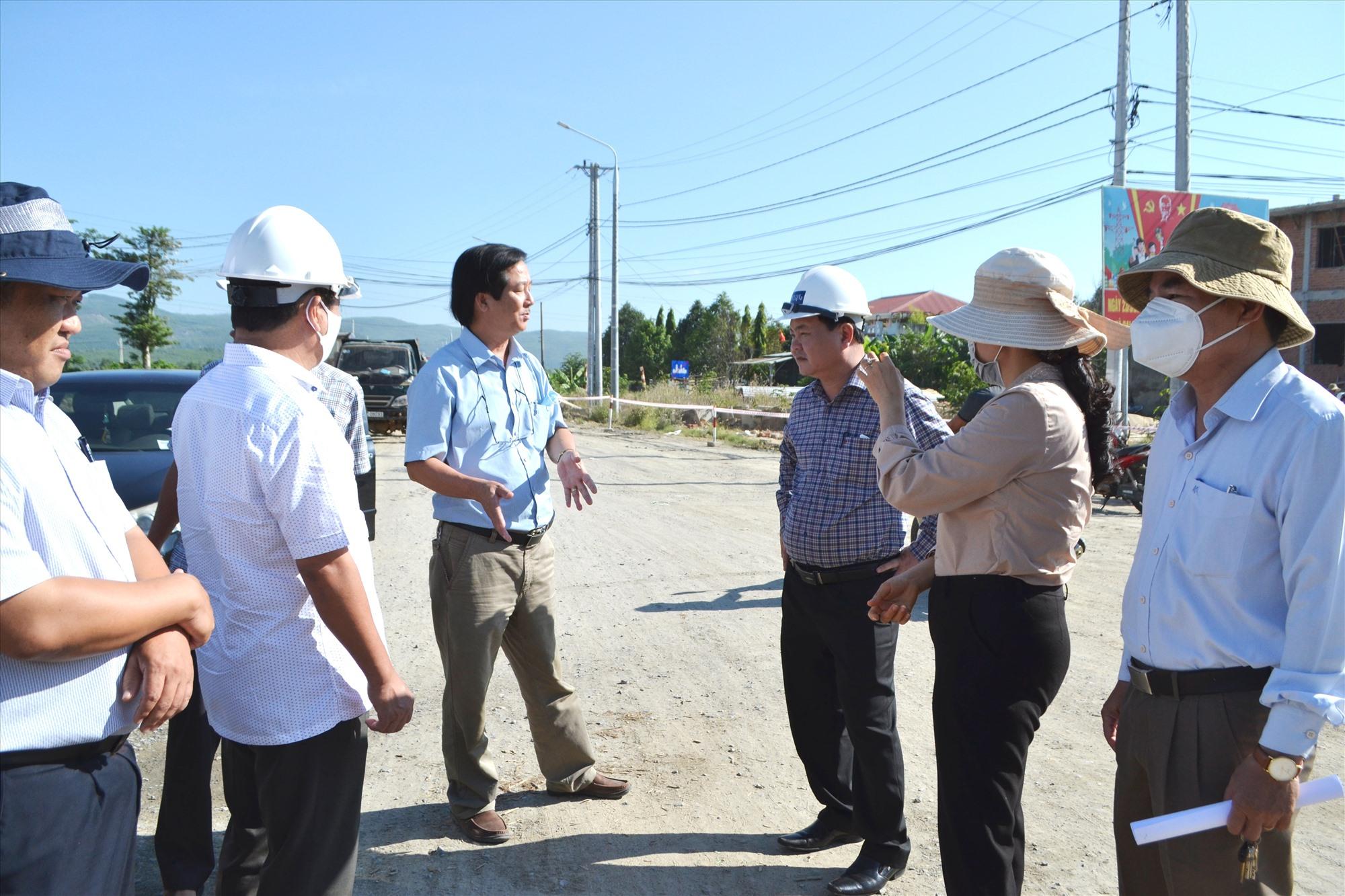 Phó Chủ tịch Nguyễn Hồng Quang (mặc áo ca rô) kiểm tra thi công nút ngã tư Hòa Đông. Ảnh: CT