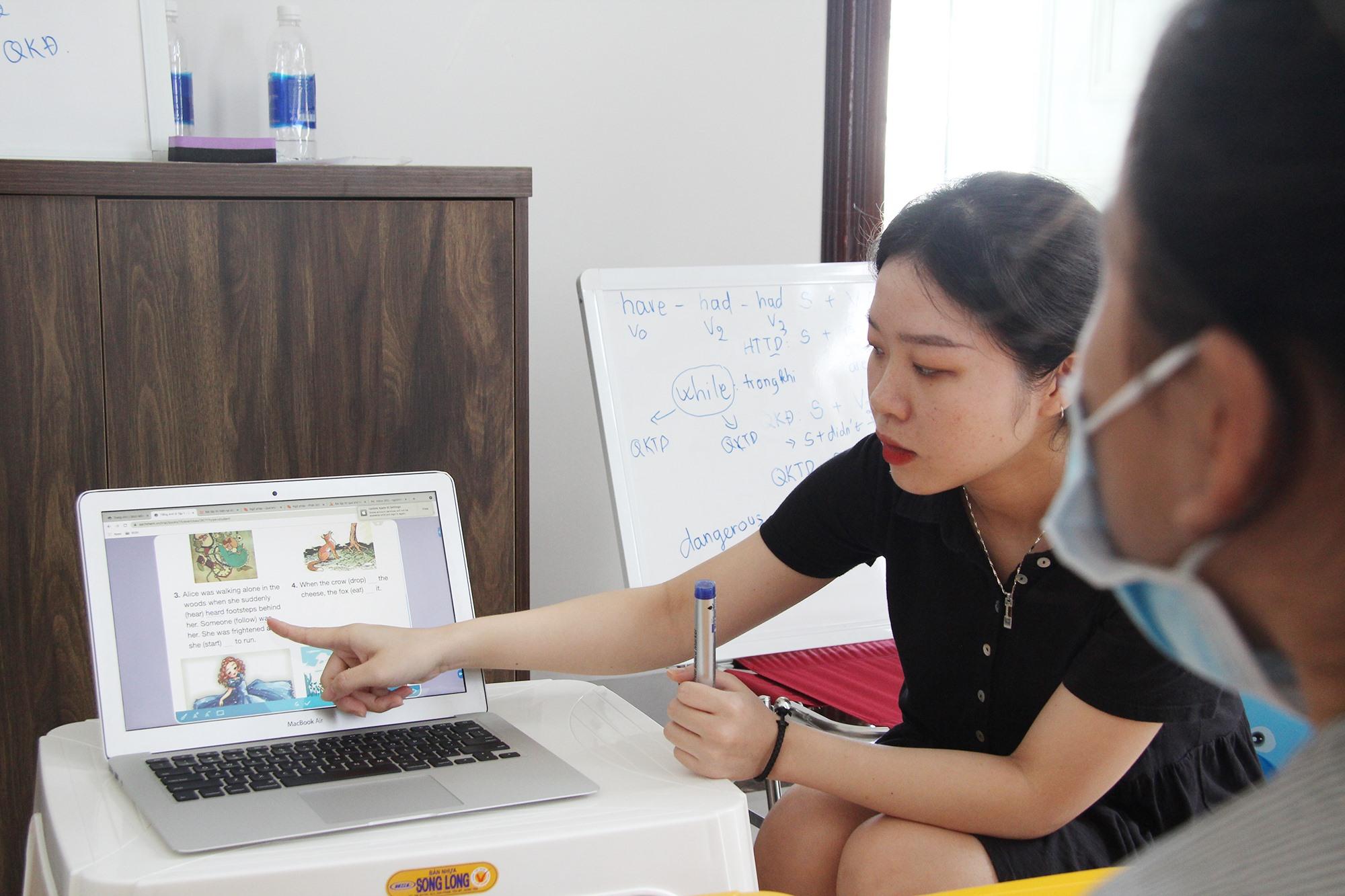 Trong quá trình dạy tiếng Anh, chị Trân lồng ghép các hình ảnh minh hoạ sinh động để học sinh nắm từ vựng tốt hơn. Ảnh: H.Q