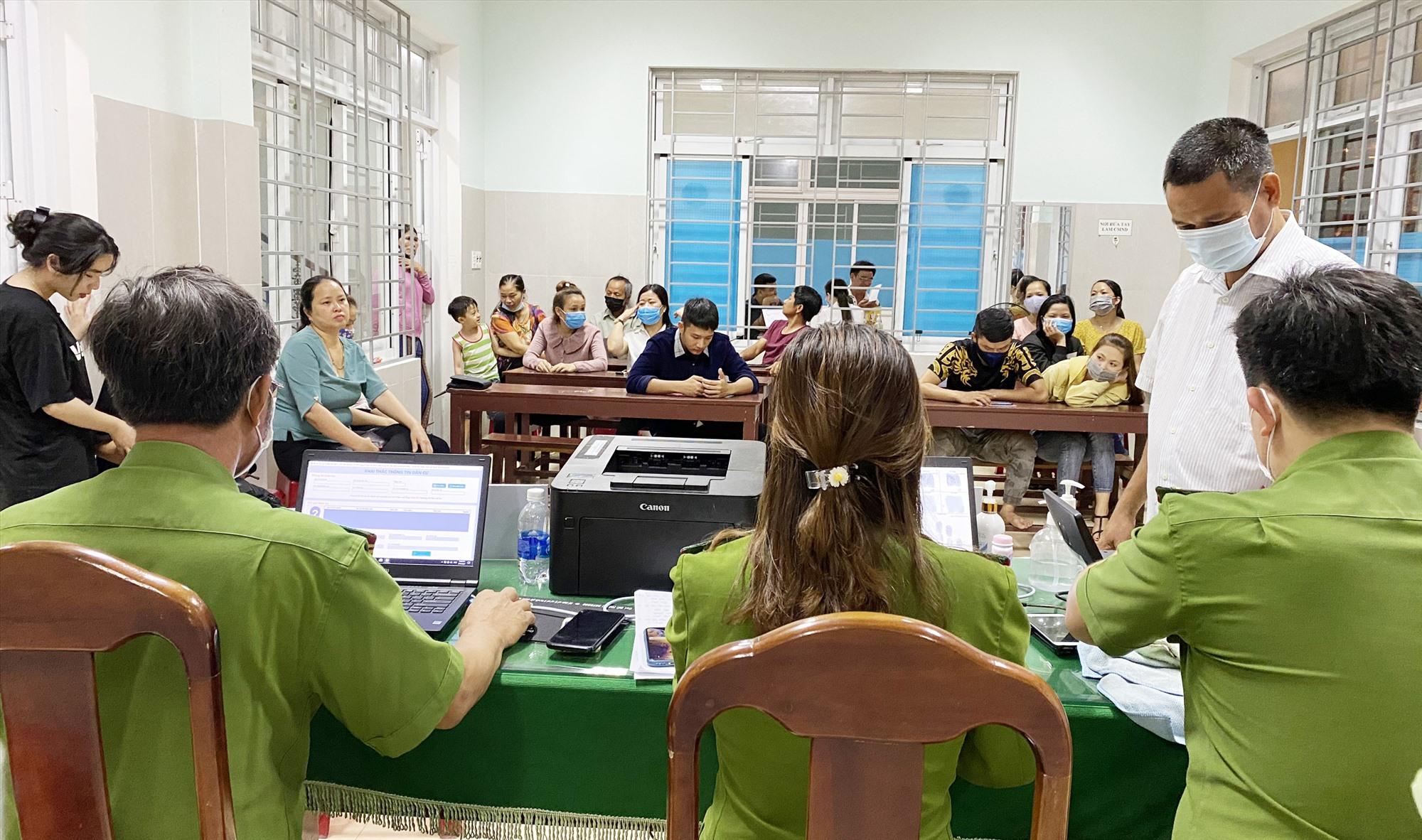 Công an huyện Núi Thành làm căn cước công dân.