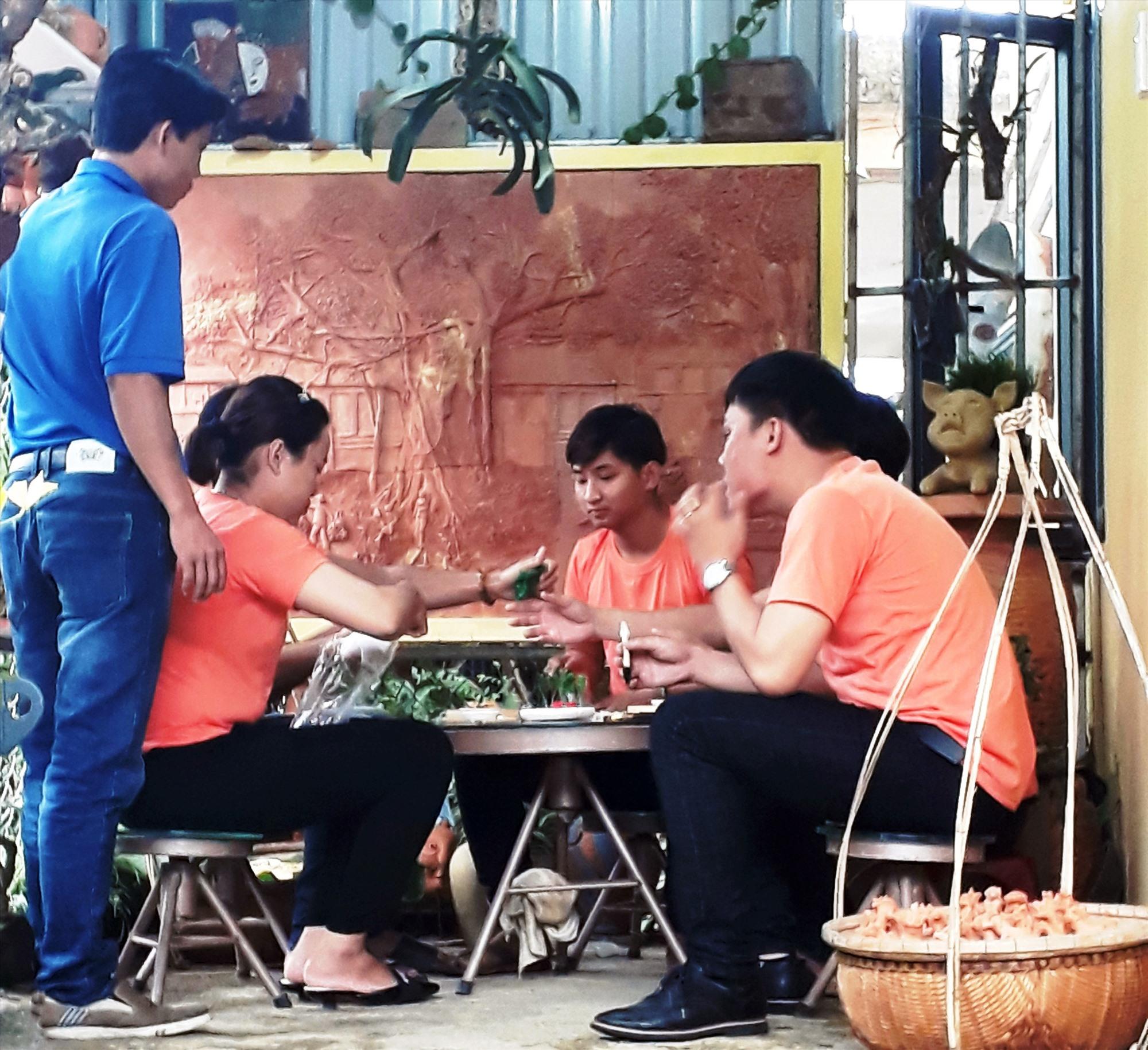 Các thợ trẻ trong Câu lạc bộ Hồn gốm Thanh Hà trao đổi chuyện nghề. Ảnh: Đ.HUẤN