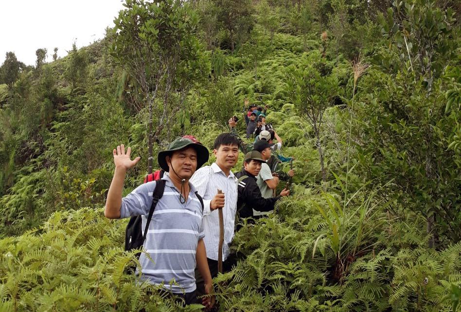 Ngành chuyên môn ở huyện Núi Thành khảo sát núi Chúa. Ảnh: V.P