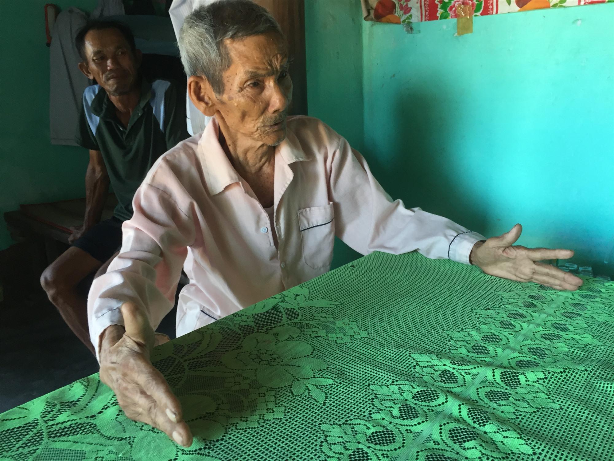 Ông Trần Chung kể về ngôi đình Trà Luông. Ảnh: H.Q