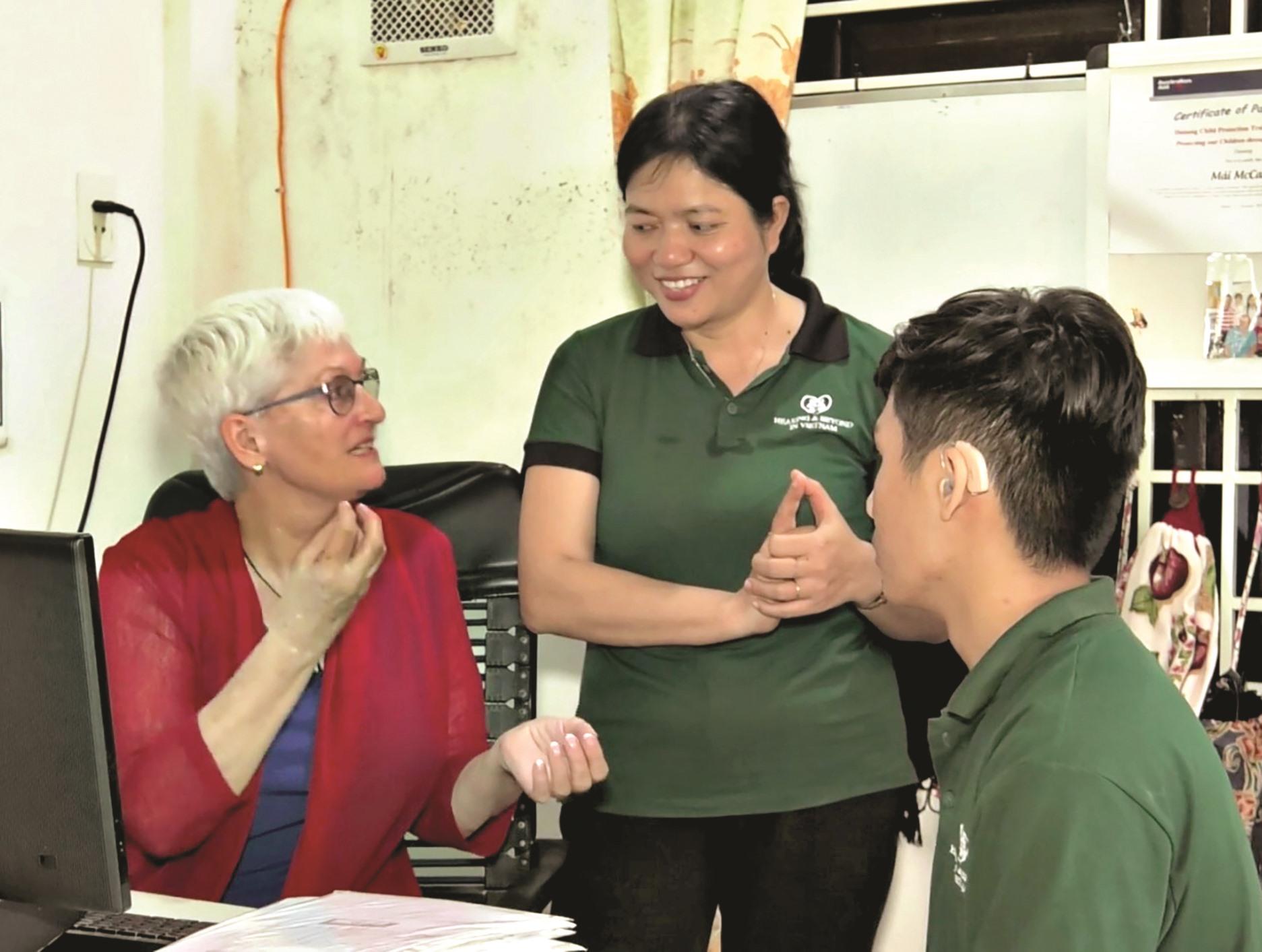 Bà Mai trao đổi cùng nhân viên của trường về phương pháp huấn luyện các em.Ảnh: M.T