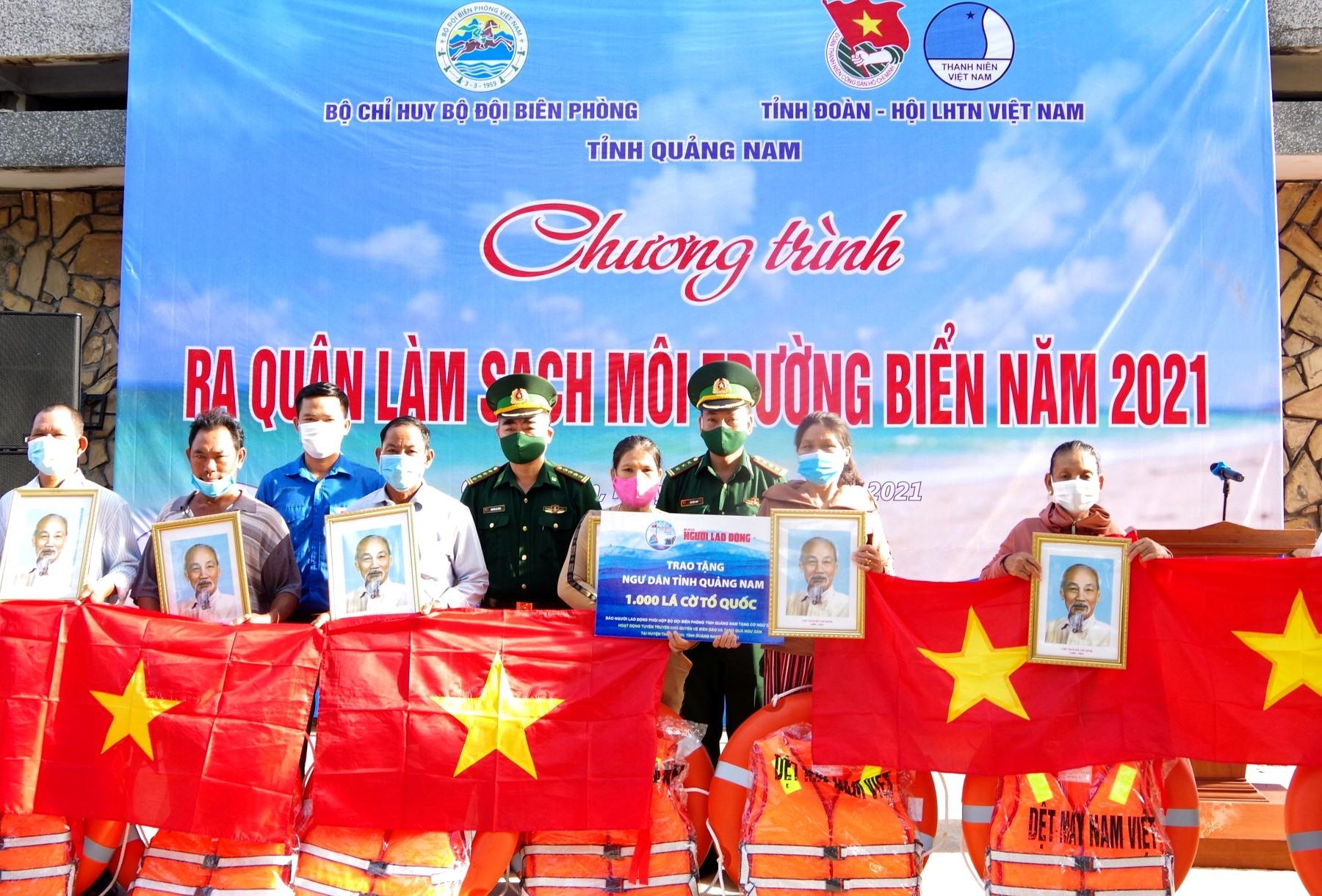 Trao tặng ảnh Bác Hồ, cờ Tổ quốc, áo phao và phao cứu sinh cho ngư dân xã Bình Minh.